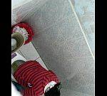 上からトイレ盗撮 赤色ボーダー服女性の放尿シーン