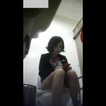 足を組みながらスマホに夢中なお姉さんの放尿タイムを前から隠し撮り