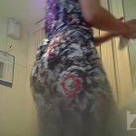 サングラスを頭にかけたワンピ女性の放尿シーン