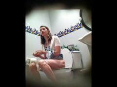洋式トイレ盗撮 フロント 白人美女のトイレシーン