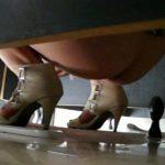 後ろからトイレ盗撮 ハイヒール女子の美しい放物線
