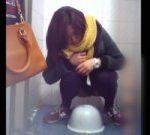 前からトイレ盗撮 黄色いマフラーした女性のおしっこタイム