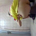 赤白ボーダ服に黄色のスカートの女の子の放尿&脱糞シーン