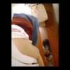どこかの喫茶店?の洋式トイレで用足しする赤スカートの女の子