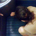 電車内トイレ盗撮 揺れる車内トイレでおぴっこする女性