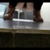 ブーツ女性の放尿シーン
