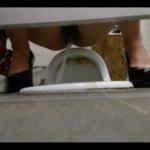 黒ハイヒールのお姉さんが逆向きで大量放尿をみせてくれちゃいます!