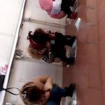 仕切り無しトイレで大をしてしまうベージュコートの女性