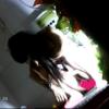 カラフル絵柄ワンピの女の子の放尿シーン