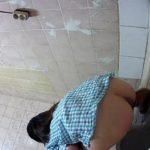 水色チェックシャツの女の子の放尿シーン