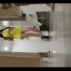 ピンクキャップ+黄色ワンピの可愛い女の子の放尿シーン