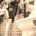 白のニーハイブーツ女性の洋式で和式スタイル用足しシーン