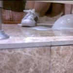 白スニーカー女の子の放尿シーン