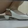 和式横 ホワイトパンプス女性の少量放尿シーン