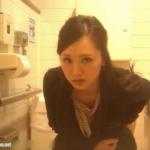洋式正面 美女の前かがみ放尿、出してるときの表情が丸見え!