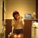 洋式トイレ盗撮正面 放尿音がよく聞こえる複数人の女性達のトイレシーン