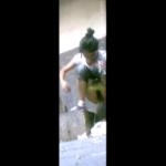 非水洗溝タイプトイレ盗撮正面 きれいな放物線を描いて大量放尿する団子ヘアの女の子