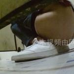 和式トイレ盗撮 斜め後ろ 白スニーカーお姉さんの脱糞シーン撮り