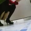 和式トイレ盗撮 斜め前 おしっこを便器外に放出する赤コートの女性