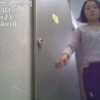 洋式トイレ盗撮 バックアングル アソコを手で押さえているダメージジーンズの女性のトイレシーン