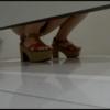 和式トイレ盗撮 斜め前 厚底サンダル女性の放尿シーン