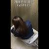 洋式トイレ盗撮 空爆アングル デニジャケロングヘア女性の放尿シーン