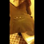 洋式トイレ盗撮 バックショット パーマロングヘアのお姉さんの中腰放尿シーン