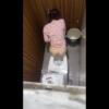 洋式トイレ盗撮 空爆アングル 赤白ボーダー服のお姉さんの放尿シーン