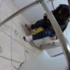 洋式トイレ盗撮 フロントアングル ピンクスニーカーの可愛い子のトイレシーン