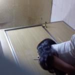 洋式トイレ盗撮 ローアングル後ろから タバコ吸いながら放尿する白革ワンピお姉さんとピンク色パンツのお姉さん