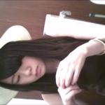 洋式トイレ盗撮 フロントアングル 白ハットのエレガントな美女の表情アップトイレシーン