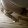 洋式トイレ盗撮 ローアングル後ろから 派手な花柄のワンピースのお姉さんの用足しシーン
