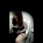 洋式トイレ盗撮 フロントアングル スマホのフリック入力が早いお姉さんのトイレシーン