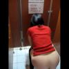 洋式トイレ盗撮 後ろから 赤Tシャツお姉さんの中腰放尿シーン