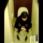 洋式トイレ盗撮 サイド&フロントアングル 和式スタイルでうんこする美人お姉さんに注目
