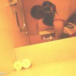 洋式トイレ盗撮 空爆 マフラーコートJKの放尿シーン