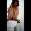 【洋式トイレ盗撮】洋式トイレに和式スタイルでまたがっておしっこする赤ハットの美女