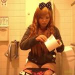 【洋式トイレ盗撮】頭にリボンを付けたものすごい髪型のギャルお姉さんのトイレシーン