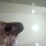 【和式トイレ盗撮】ピンクワンピの可愛い女の子の勢いのある放尿シーン