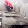 【仕切り無し非水洗トイレ盗撮】中国の汚い仕切のないトイレでうんちブリブリする女の子