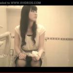【デパート洋式トイレ盗撮】黒パンスト美女のトイレシーン