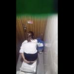 【洋式トイレ盗撮】リボンの髪留めがカワイイお姉さんとロングヘア美人のトイレシーン