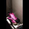 【洋式トイレ盗撮】派手なピンクの上着のおばさん?の放尿シーン
