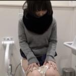 【洋式トイレ盗撮】ミニスカ黒マフラー美女の放尿&オナニーシーン撮影