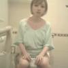【デパート洋式トイレ盗撮】金髪ショートの可愛い女の子のおしっこタイム