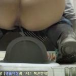 【和式トイレ盗撮】水を流しながらの肛門丸見えおしっこ