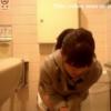 【デパート洋式トイレ盗撮】ダッフルコートおねえさんの中腰放尿