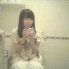 【デパート洋式トイレ盗撮】前髪ぱっつんロングの女の子のトイレシーン