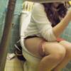 【洋式トイレ盗撮】白ブラウスのギャル風お姉さんのスマホいじりながらの用足しタイム