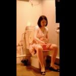 【洋式トイレ盗撮】7名の若い娘さんたちの全身姿撮りトイレシーン